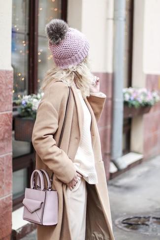 Cómo combinar: abrigo en beige, sudadera en beige, pantalón de pinzas en beige, bolso bandolera de cuero rosado