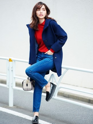 Cómo combinar: abrigo azul marino, sudadera roja, vaqueros pitillo azules, mocasín con plataforma de cuero negro