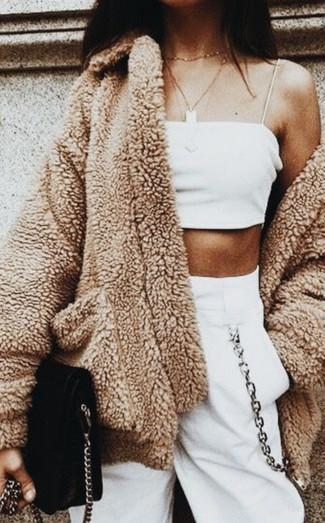 Cómo combinar: abrigo de forro polar marrón claro, top corto blanco, pantalón de chándal blanco, bolso bandolera de ante negro