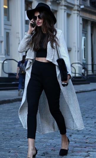Cómo combinar: abrigo gris, top corto negro, pantalones pitillo negros, zapatos de tacón de ante negros