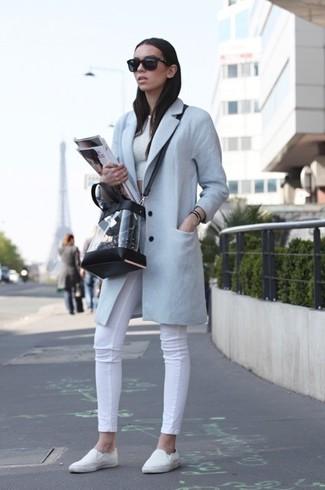 Cómo combinar: abrigo celeste, top corto blanco, vaqueros pitillo blancos, zapatillas slip-on blancas