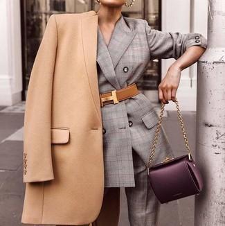 Cómo combinar un bolso de hombre de cuero: Para un atuendo tan cómodo como tu sillón haz de un abrigo marrón claro y un bolso de hombre de cuero tu atuendo.