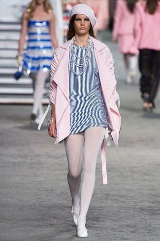 Cómo combinar unas bailarinas de cuero blancas: Opta por un abrigo de rayas verticales rosado y una túnica de rayas verticales en blanco y azul para una vestimenta cómoda que queda muy bien junta. Si no quieres vestir totalmente formal, opta por un par de bailarinas de cuero blancas.