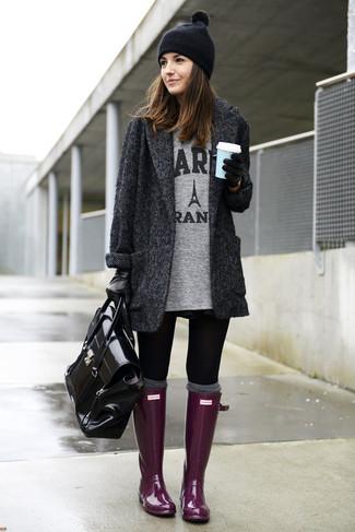 Equípate un abrigo de espiguilla gris oscuro con unos leggings negros para lidiar sin esfuerzo con lo que sea que te traiga el día. Botas de lluvia morado resaltaran una combinación tan clásico.