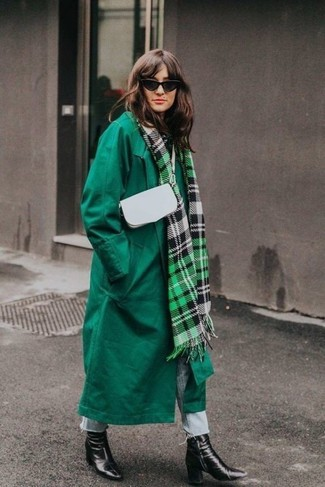 Cómo combinar: abrigo verde, vaqueros celestes, botines de cuero negros, bolso bandolera de cuero blanco