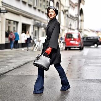 Cómo combinar: abrigo negro, vaqueros de campana azul marino, botines de cuero negros, bolsa tote de cuero negra
