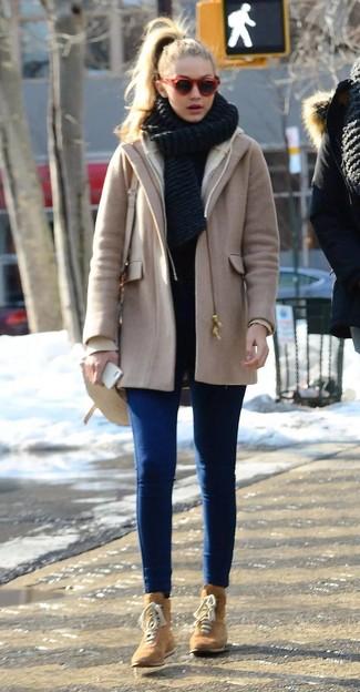 Cómo combinar: abrigo marrón claro, vaqueros pitillo azules, botas planas con cordones de ante marrón claro, bolso bandolera de cuero en beige