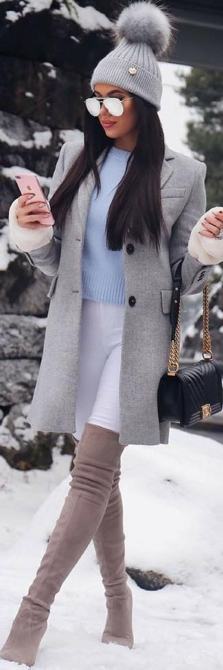 Cómo combinar: abrigo gris, vaqueros pitillo blancos, botas sobre la rodilla de ante en beige, bolso bandolera de cuero acolchado negro