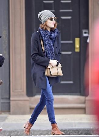 Cómo combinar: abrigo azul marino, vaqueros pitillo azules, botines chelsea de cuero marrónes, bolso bandolera de cuero en beige