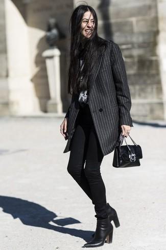 Look de moda: Abrigo de rayas verticales en gris oscuro, Vaqueros pitillo negros, Botines de cuero negros, Bolso bandolera de cuero negro