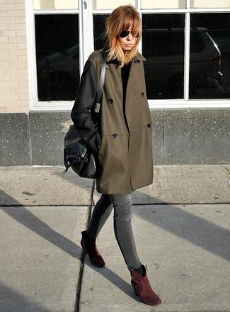 Cómo combinar: abrigo verde oliva, vaqueros pitillo en gris oscuro, botines de ante burdeos, bolso de hombre de cuero negro
