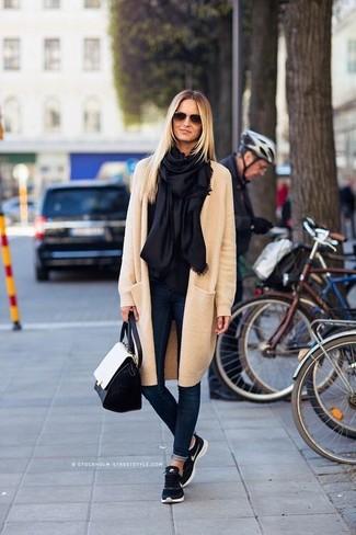 Cómo combinar: abrigo en beige, vaqueros pitillo azul marino, deportivas azul marino, bolso de hombre de cuero en negro y blanco