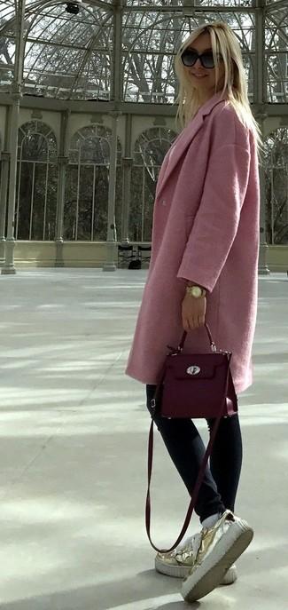 Cómo combinar: abrigo rosado, vaqueros pitillo azul marino, mocasín con plataforma de cuero dorado, bolso bandolera de cuero morado