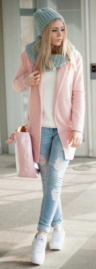 Cómo combinar: abrigo rosado, vaqueros pitillo desgastados celestes, tenis de cuero blancos, bolsa tote de cuero rosada