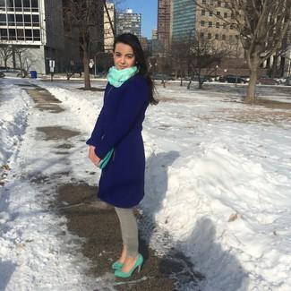 Cómo combinar unos zapatos de tacón de ante en verde menta: Para crear una apariencia para un almuerzo con amigos en el fin de semana considera emparejar un abrigo azul marino con unos vaqueros pitillo grises. Zapatos de tacón de ante en verde menta son una opción excelente para complementar tu atuendo.