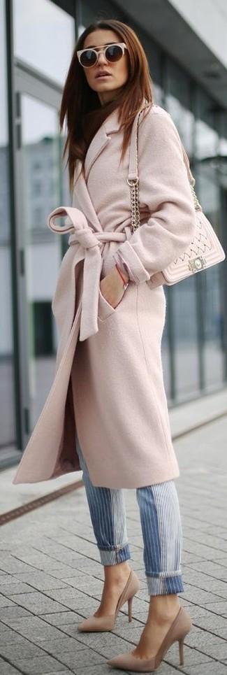 Cómo combinar: abrigo rosado, vaqueros de rayas verticales azules, zapatos de tacón de ante en beige, bolso bandolera de cuero acolchado en beige