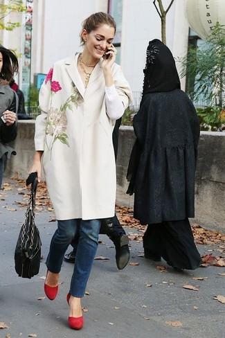 Cómo combinar: abrigo bordado blanco, vaqueros azul marino, zapatos de tacón de ante rojos, bolsa tote de cuero negra