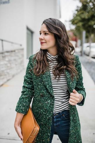 Cómo combinar: abrigo de tweed verde, jersey de cuello alto de rayas horizontales en blanco y negro, vaqueros pitillo azul marino, cartera sobre de cuero marrón claro