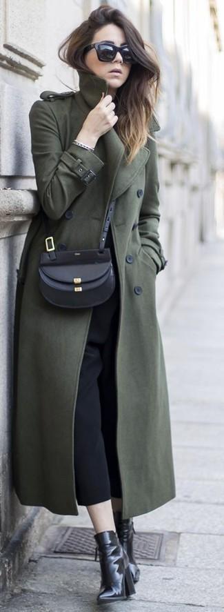 Para un atuendo que esté lleno de caracter y personalidad opta por un abrigo verde oliva y una falda pantalón negra de mujeres de Kenzo. ¿Te sientes ingenioso? Dale el toque final a tu atuendo con botines de cuero negros.