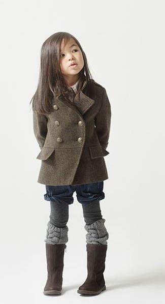 Cómo combinar: abrigo verde oliva, pantalones cortos azul marino, botas en marrón oscuro, medias grises