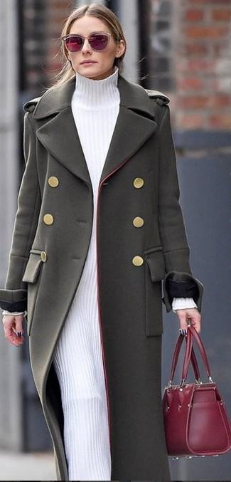 Cómo combinar: abrigo verde oliva, vestido jersey blanco, bolsa tote de cuero burdeos, gafas de sol burdeos