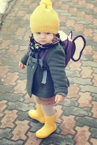 Cómo combinar: abrigo verde oscuro, botas de lluvia amarillas, gorro amarillo