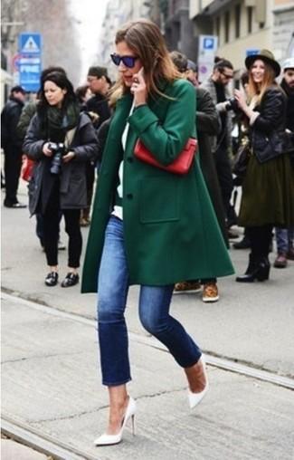 Utiliza un abrigo verde oscuro y unos vaqueros azul marino para conseguir una apariencia relajada pero chic. Un par de zapatos de tacón de cuero blancos se integra perfectamente con diversos looks.