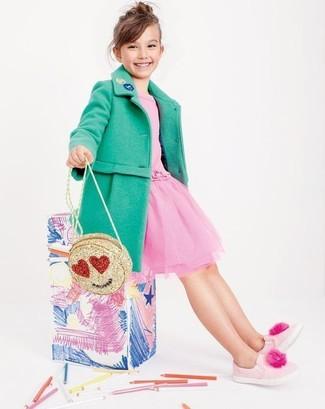 Cómo combinar: abrigo verde, vestido de tul rosado, zapatillas rosadas, bolso dorado