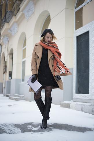 Cómo combinar: abrigo marrón claro, vestido ajustado negro, botas sobre la rodilla de cuero negras, cartera sobre de cuero violeta claro