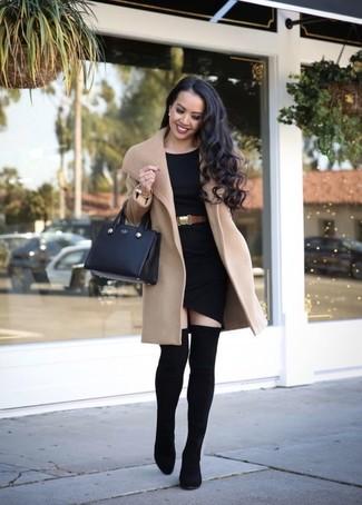 Cómo combinar un cinturón de cuero marrón claro: Para un atuendo tan cómodo como tu sillón opta por un abrigo marrón claro y un cinturón de cuero marrón claro. Complementa tu atuendo con botas sobre la rodilla de elástico negras para mostrar tu lado fashionista.