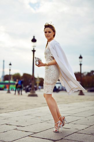 Cómo combinar: abrigo blanco, vestido ajustado de encaje blanco, sandalias de tacón de cuero blancas, cartera sobre de cuero plateada