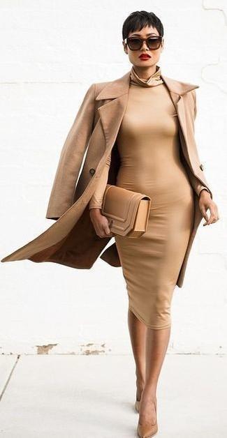 Cómo combinar: abrigo marrón claro, vestido ajustado marrón claro, zapatos de tacón de cuero marrón claro, cartera sobre de cuero marrón claro