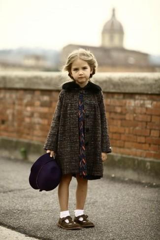 Cómo combinar: abrigo en gris oscuro, vestido azul marino, bailarinas en marrón oscuro, sombrero morado oscuro