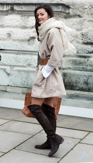 Cómo combinar: abrigo en beige, vestido camisa blanca, botas sobre la rodilla de ante en marrón oscuro, bolsa tote de cuero marrón