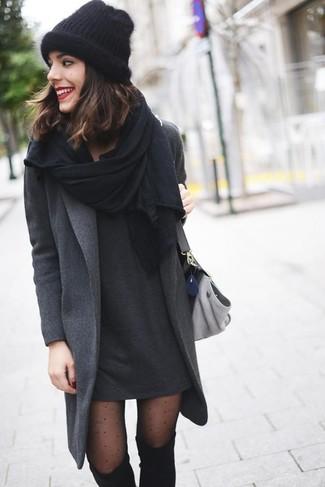 Emparejar un abrigo gris oscuro y un vestido casual gris oscuro es una opción cómoda para hacer diligencias en la ciudad. Elige un par de botas sobre la rodilla de ante negras para mostrar tu lado fashionista.