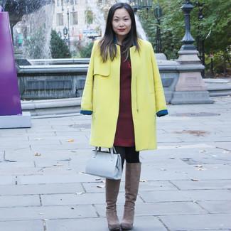 Cómo combinar unas botas de caña alta de ante marrónes: Haz de un abrigo amarillo y un vestido jersey burdeos tu atuendo para cualquier sorpresa que haya en el día. Botas de caña alta de ante marrónes son una opción práctica para complementar tu atuendo.