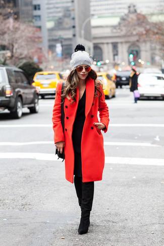 Cómo combinar: abrigo rojo, vestido jersey negro, botas de caña alta de ante negras, bolso bandolera de cuero negro