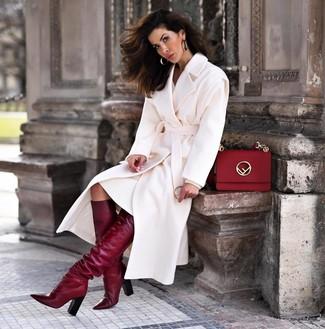Cómo combinar un bolso de hombre de cuero rojo: Para un atuendo tan cómodo como tu sillón ponte un abrigo blanco y un bolso de hombre de cuero rojo. Con el calzado, sé más clásico y completa tu atuendo con botas de caña alta de cuero burdeos.