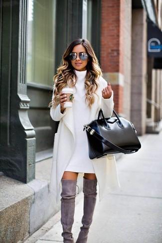 Cómo combinar: abrigo blanco, vestido jersey blanco, botas sobre la rodilla de ante grises, bolsa tote de cuero negra
