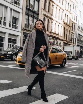 Cómo combinar: abrigo a cuadros marrón, vestido jersey negro, botas sobre la rodilla de ante negras, bolso bandolera de cuero acolchado negro