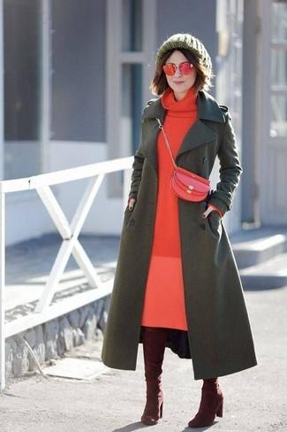 Cómo combinar: abrigo verde oliva, vestido jersey rojo, botas sobre la rodilla de ante burdeos, bolso bandolera de cuero rojo