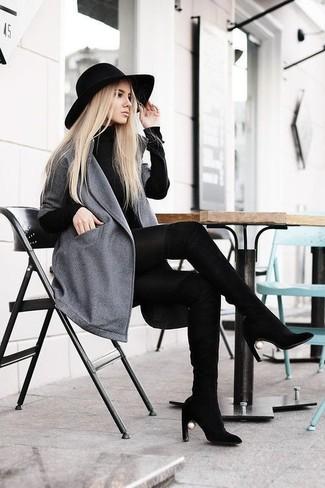 Cómo combinar: abrigo gris, vestido jersey negro, botas sobre la rodilla de ante negras, sombrero de lana negro