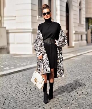 Cómo combinar: abrigo de leopardo en blanco y negro, vestido jersey negro, botines de elástico negros, bolso de hombre de cuero acolchado blanco