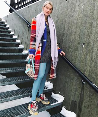 Cómo combinar: abrigo de tartán rojo, vestido jersey en gris oscuro, deportivas en multicolor, bufanda violeta claro