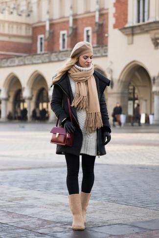 Cómo combinar una boina: Haz de un abrigo de punto en gris oscuro y una boina tu atuendo transmitirán una vibra libre y relajada. ¿Quieres elegir un zapato informal? Elige un par de botas ugg marrón claro para el día.