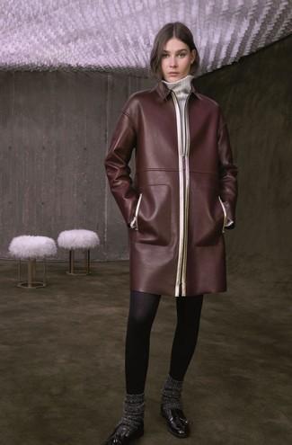 Cómo combinar: abrigo de cuero en marrón oscuro, vestido jersey blanco, mocasín con borlas de cuero negro, calcetines de lana en gris oscuro