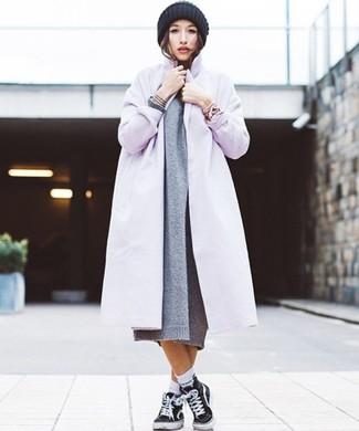 Cómo combinar: abrigo violeta claro, vestido jersey de punto gris, zapatillas altas de lona negras, gorro de punto negro