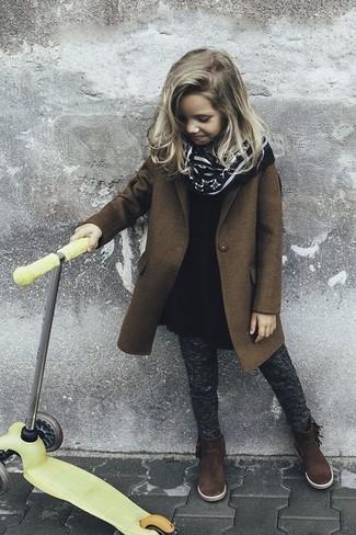 Cómo combinar: abrigo marrón, vestido de lana negro, leggings en gris oscuro, botas de ante en marrón oscuro