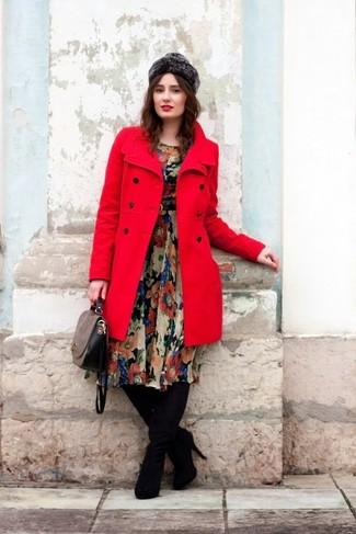 Cómo combinar: abrigo rojo, vestido midi de gasa con print de flores negro, botas sobre la rodilla de ante negras, bolso de hombre de cuero gris