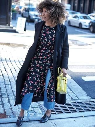 Cómo combinar: abrigo negro, vestido midi con print de flores negro, falda pantalón vaquera azul, mocasín de cuero negros